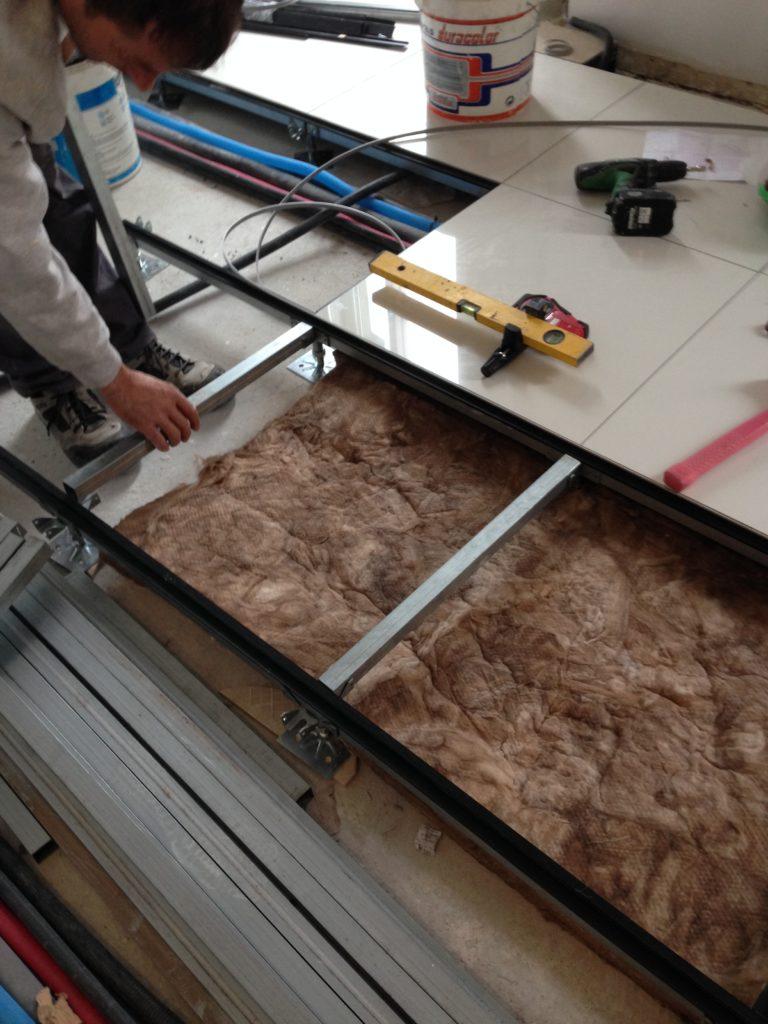 Instalación de suelo técnico en una vivienda.